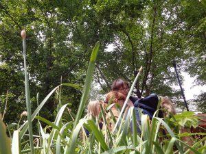 groupe enfants et animatrice dans herbe