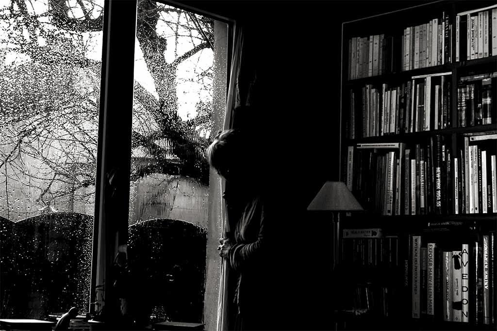 femme dans l'obscurité