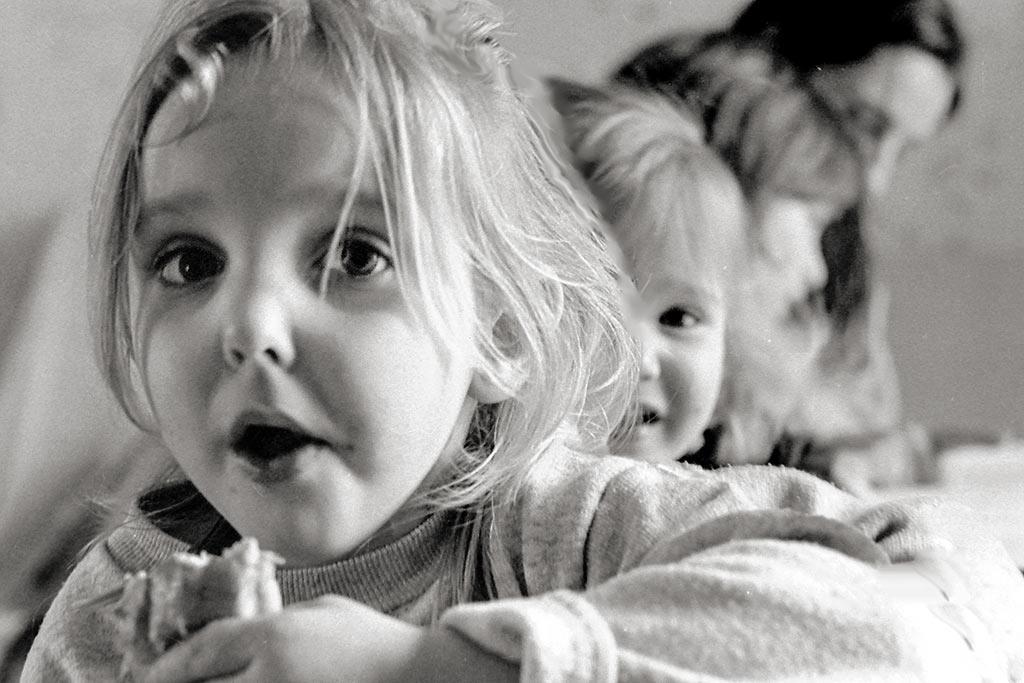 une maman et ses trois filles devant elle