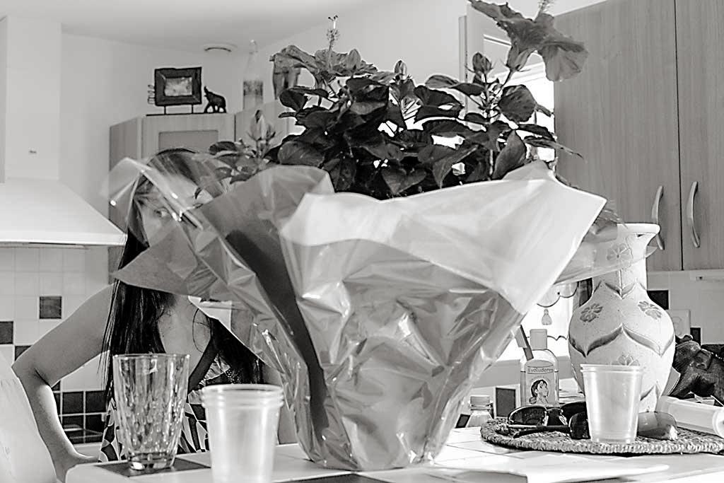 femme derrière bouquet