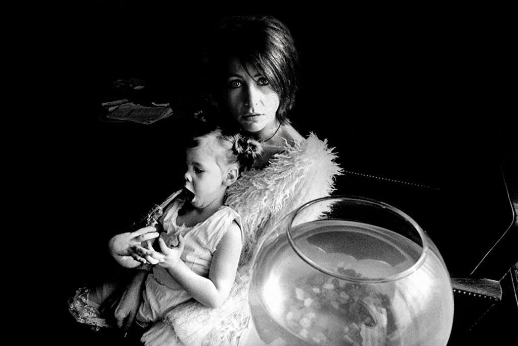 mère et enfant dans le noir